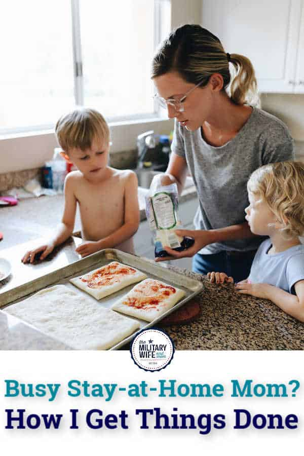 mom making pizza with her two children