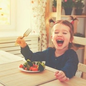 Tired of dinner time battles? Get your kids to listen at the dinner table with these tips!